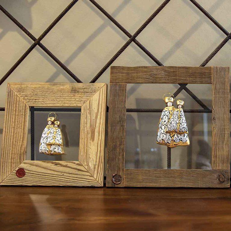 Madonnine su vetro trasparente con cornice in legno vecchio. Disponibili in diverse misure.